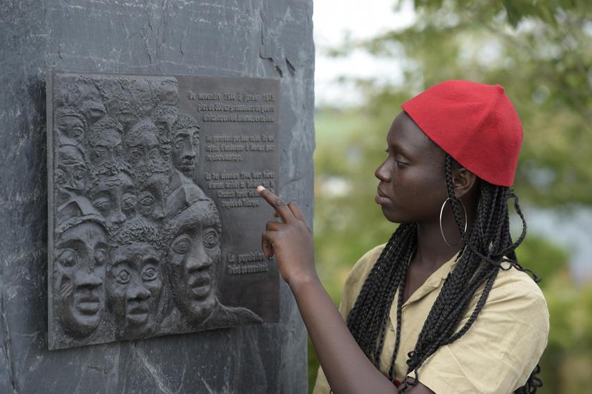 Une jeune Sénagalaise découvrant la stèle lors du camp de cet été. Photo Thierry Jeandot
